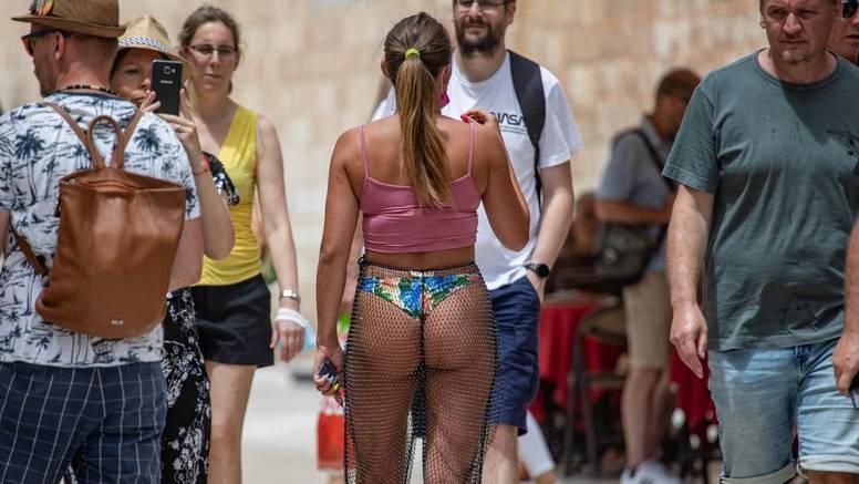 Djevojka prošetala Stradunom u tangama: Kazne idu do 1000 kn
