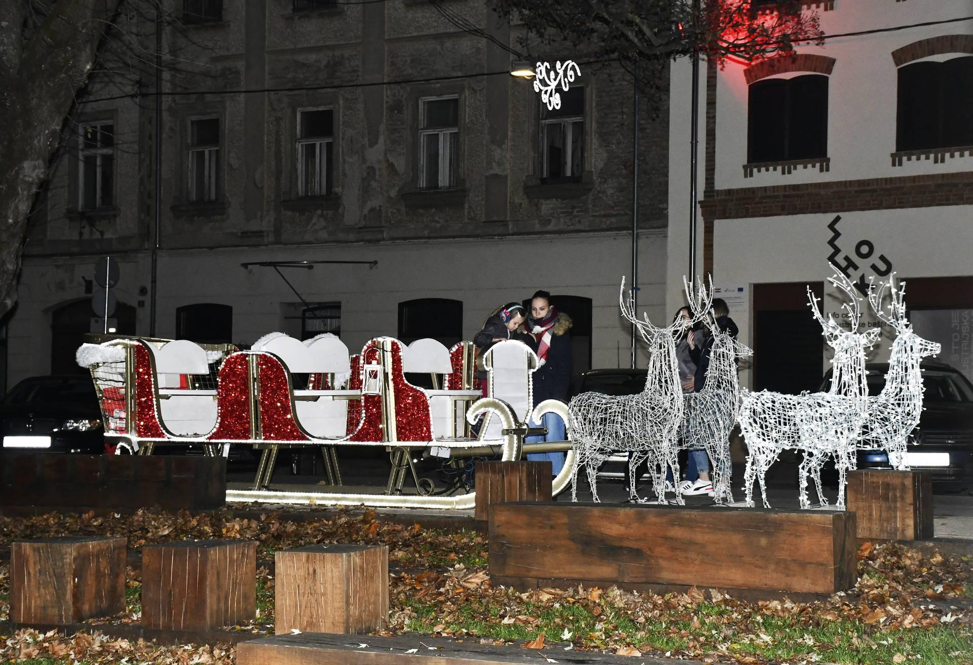 Sisak: Paljenjem prve adventske svijeće počela je manifestacija Božić u srcu grada