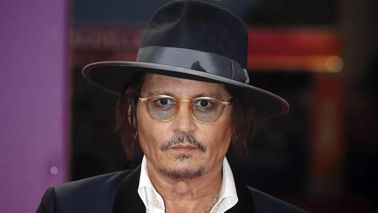 Depp zabrinuo sve na crvenom tepihu: Ispijen i blijed, skrivao se od bliceva iza naočala i šešira