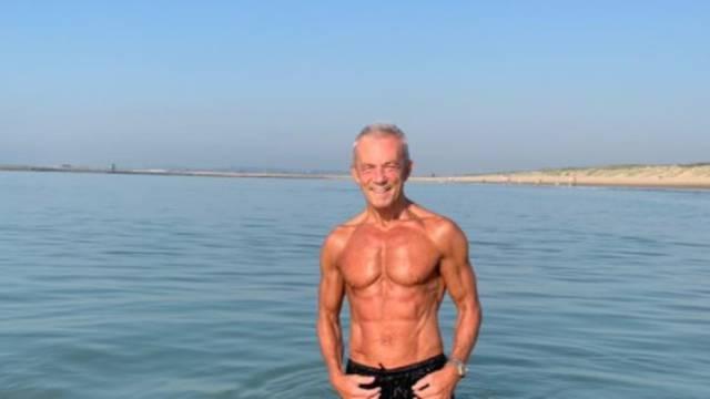 Ne voli teretanu: Planinari, trči i pliva u ledenoj vodi, i sa 67 još uvijek oduševljava mišićima