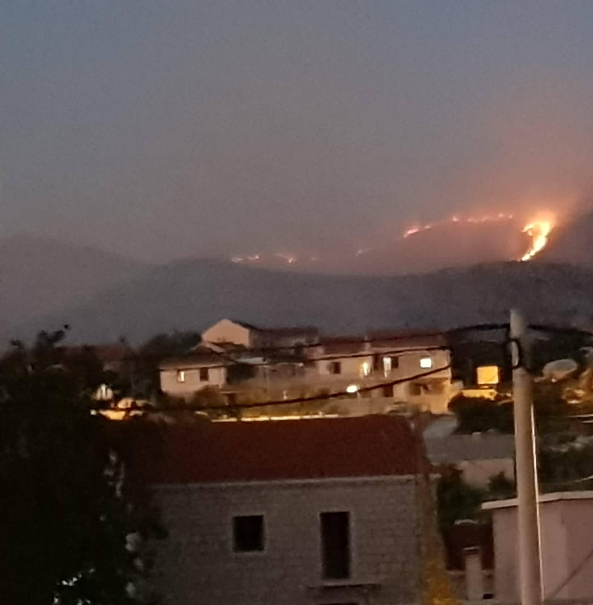 Gori kod Konavala: Vatrogasce čeka duga noć, bura im otežava