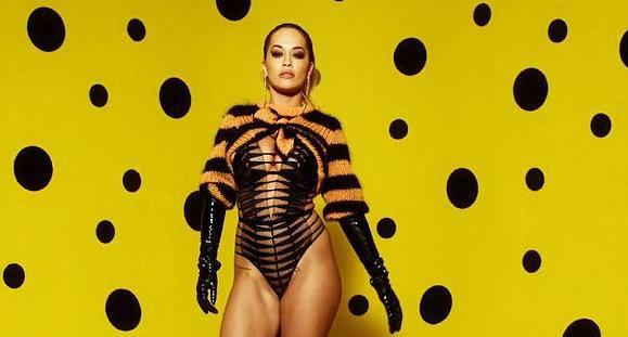 Rita Ora u lateksu vrijeme do blagdana krati seksi plesom