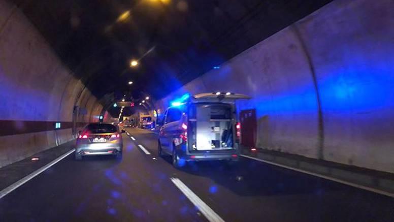 Detalji nesreće u Maloj Kapeli: Kamion se nije zaustavio, auto se od siline udarca zabio u zid