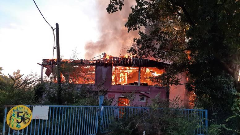 U zagrebačkom naselju Prečko gorio je napušteni objekt, vatrogasci lokalizirali požar