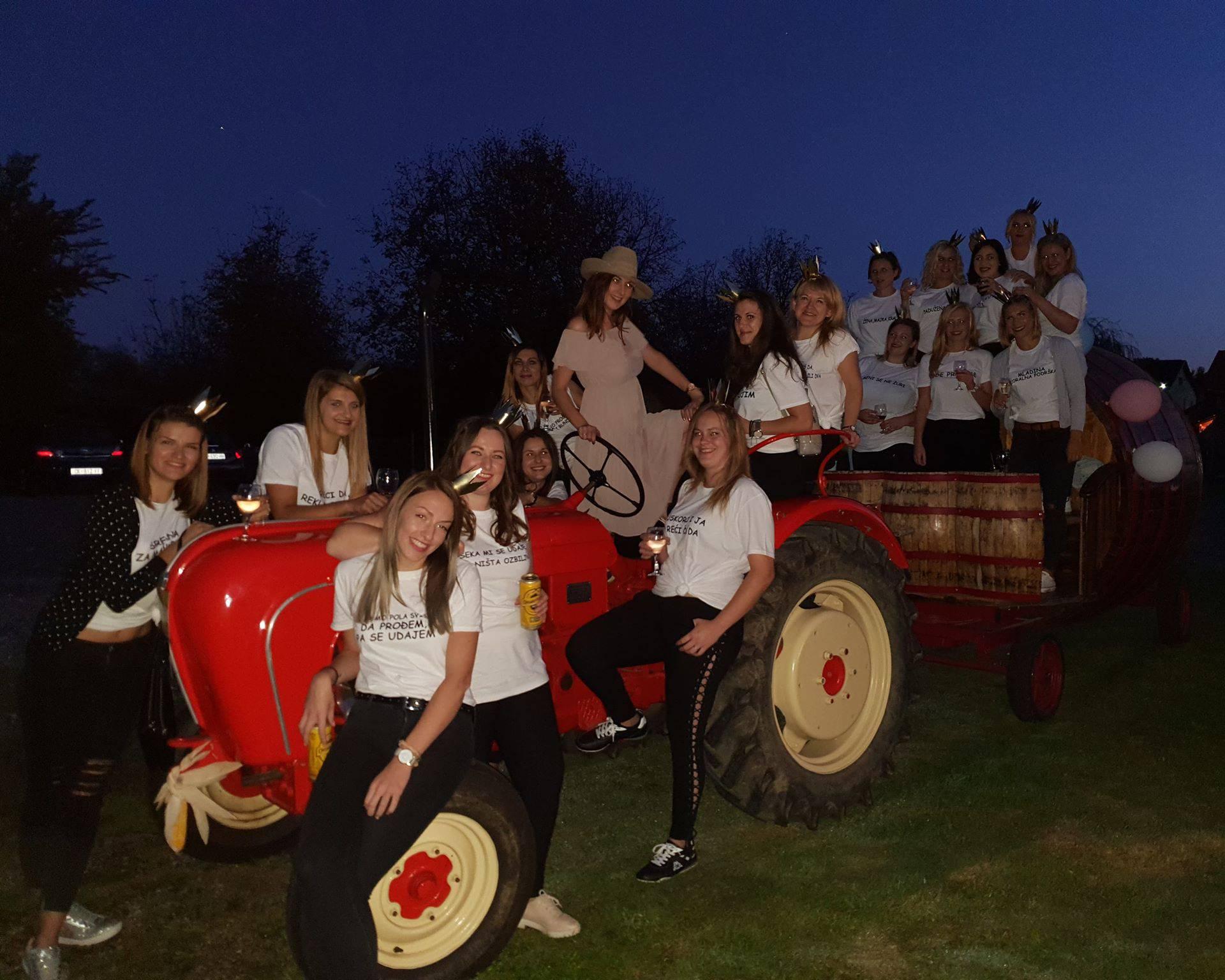 U brak je vozi traktorska limuzina s vinskim bačvama