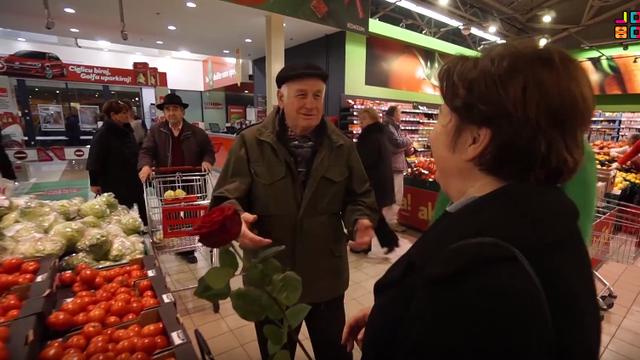 Topla božićna priča: Djed kupio baki ružu i raznježio je do suza