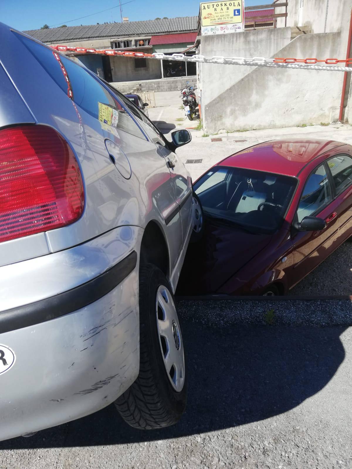 Nesreća na Rabu: Vozač (90) krenuo naprijed umjesto u rikverc i skršio drugi automobil