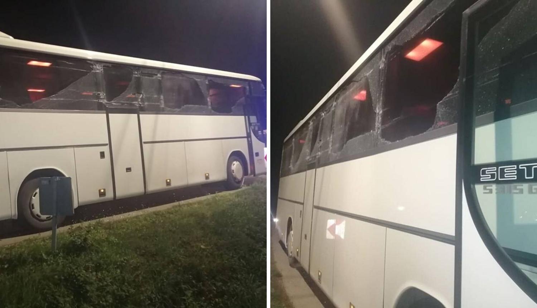 Razbijeni svi prozori: Autobus s vojnicima zapeo je za berač