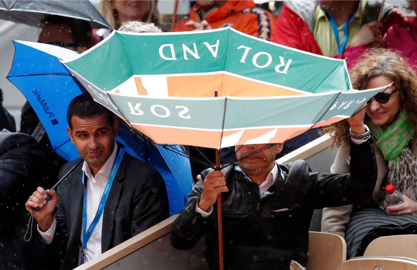 Vjetar i kiša jači, meč Đokovića i Thiema nastavlja se u subotu