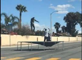 Neka pati koga smeta: Nasred ceste skakali na trampolinu