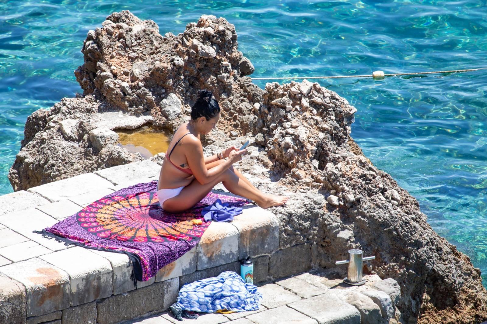 Dubrovnik: Građani i turisti bore se s visokim temperaturama na razne načine