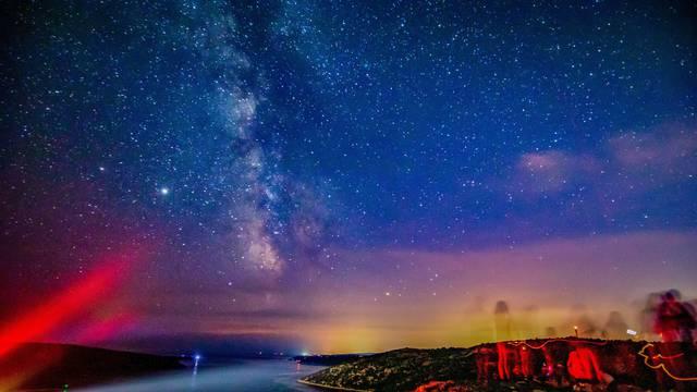 Okupljeni kod Rakalja ljudi promatrali perzeide na zvijezdanom nebu