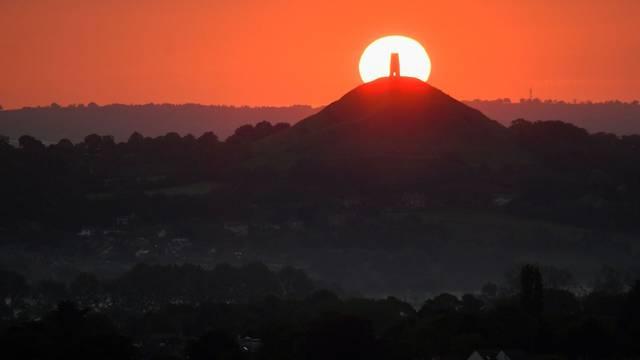 Predivan zalazak sunca iznad male crkve u Velikoj Britaniji