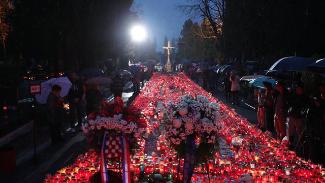 Zagreb: Tisuće svijeća za najmilije upaljene u noći na blagdan Svih svetih