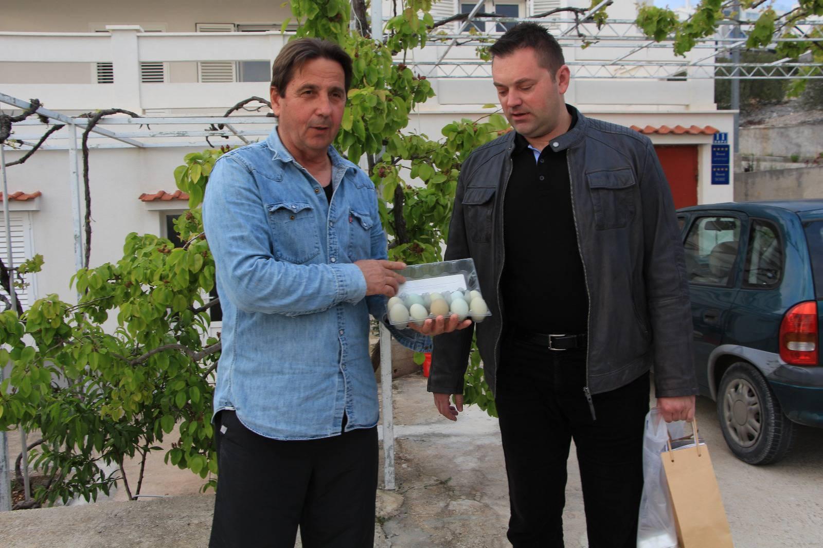 Stipe Petrina predao jaja i ulje jednom od pobjednika natječaja