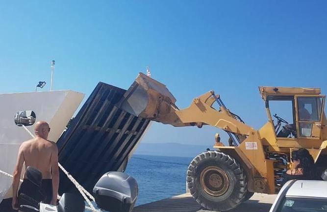 Zaglavila se rampa na trajektu, turiste s broda spasio bagerist
