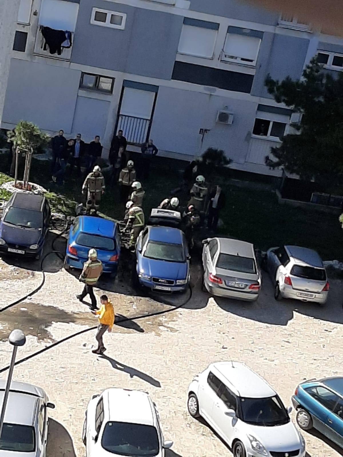 Buktinja u Splitu: Zapalio se parkirani auto, gorjela još tri