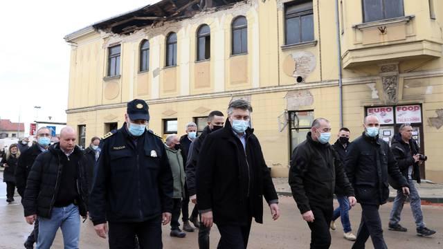 Petrinja: Ugasili bagere čim su Plenković i delegacija otišli, ne zna se kad će početi rušenje