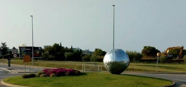 Vandalizam u Novigradu: Loptu tešku 700 kg odgurali na travu