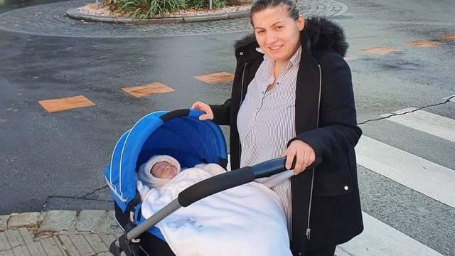 Nakon uspješne operacije mali Jona napokon se vraća kući