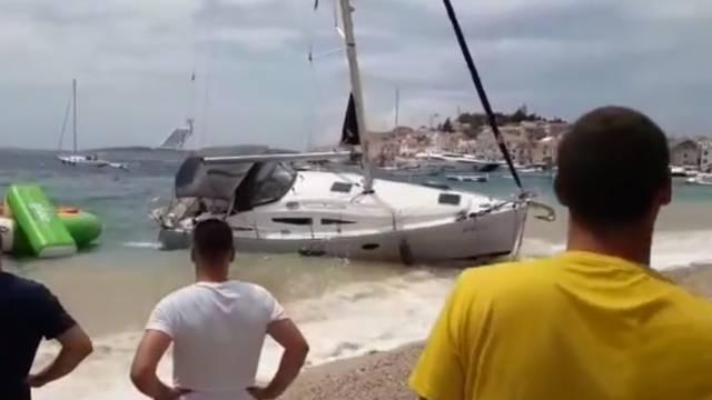 Video: U Primoštenu je puhalo olujno jugo, brod se nasukao
