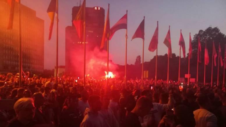 Kaos u Ljubljani:  Tisuće ljudi na prosvjedu protiv mjera, zgradu parlamenta gađali bakljama