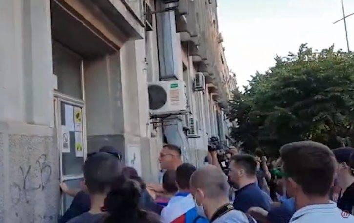 Tisuće na ulicama Srbije: Napali zgradu televizije u Novom Sadu