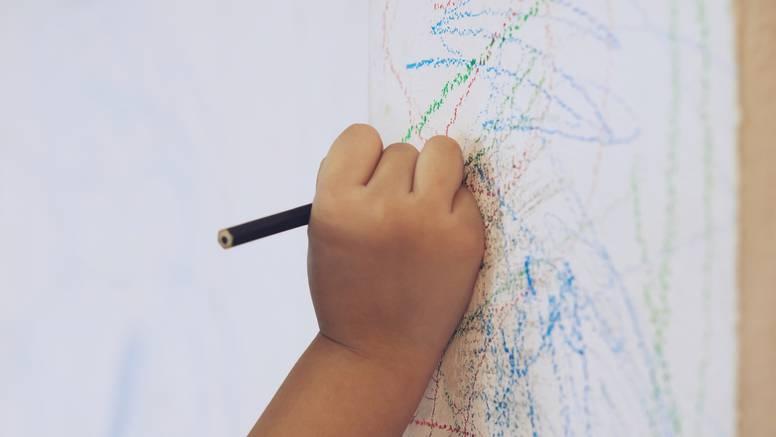 Mama pokazala trik kako oprati zidove od dječje 'umjetnosti'