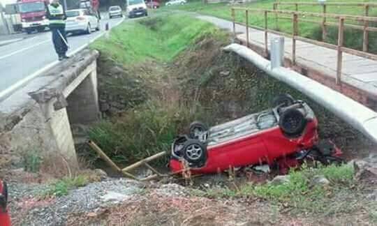 Vozač je autom sletio u kanal, u nesreći se lakše ozlijedio