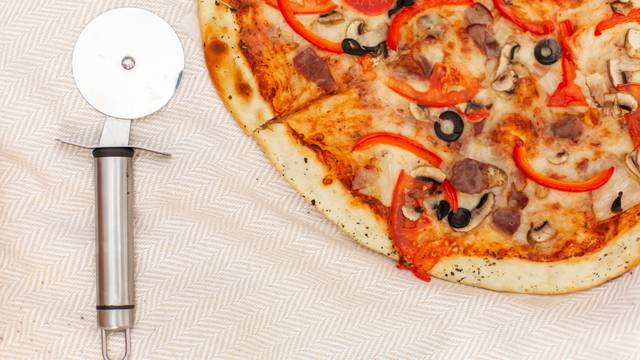 Pizza se uz mali trik može podgrijati u mikrovalnoj pećnici i ostati ukusna i jako hrskava