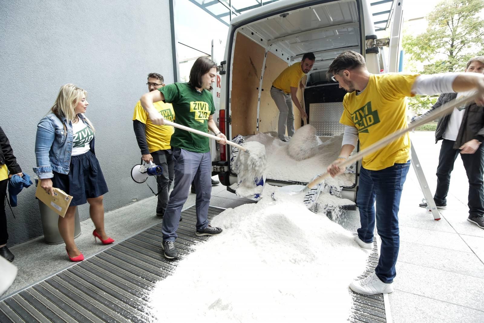Zagreb: Ivan Vilibor Sinčić i članovi Živog zida istovarili 300 kg soli ispred Ministarstva gospodarstva