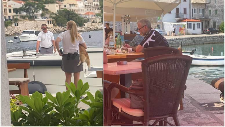 Abramovič u kafiću pije vodu, za to vrijeme osiguranje šeće psa