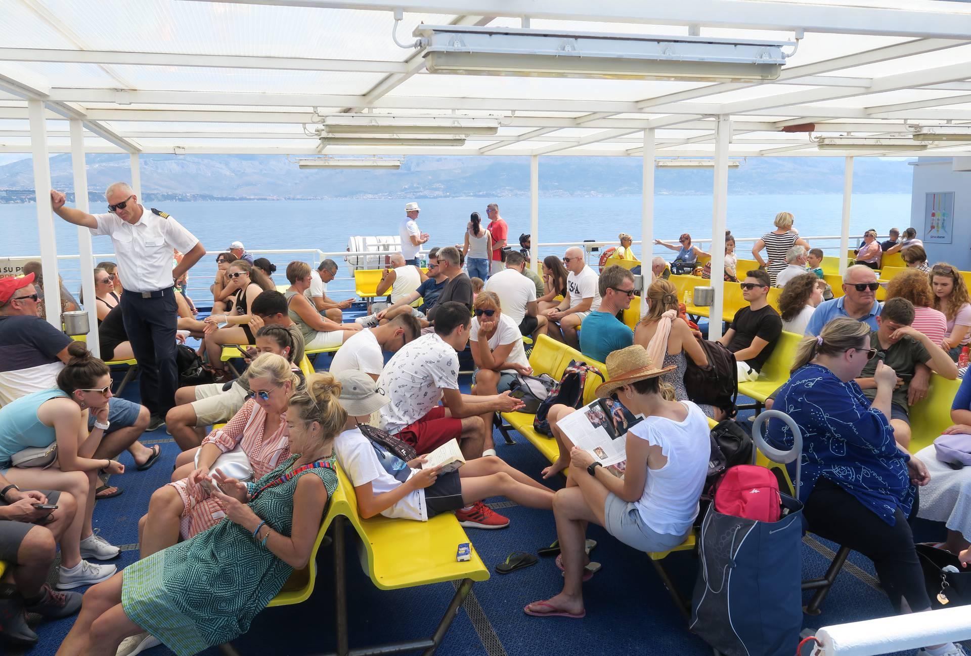Split: Turisti na trajektu za Supetar