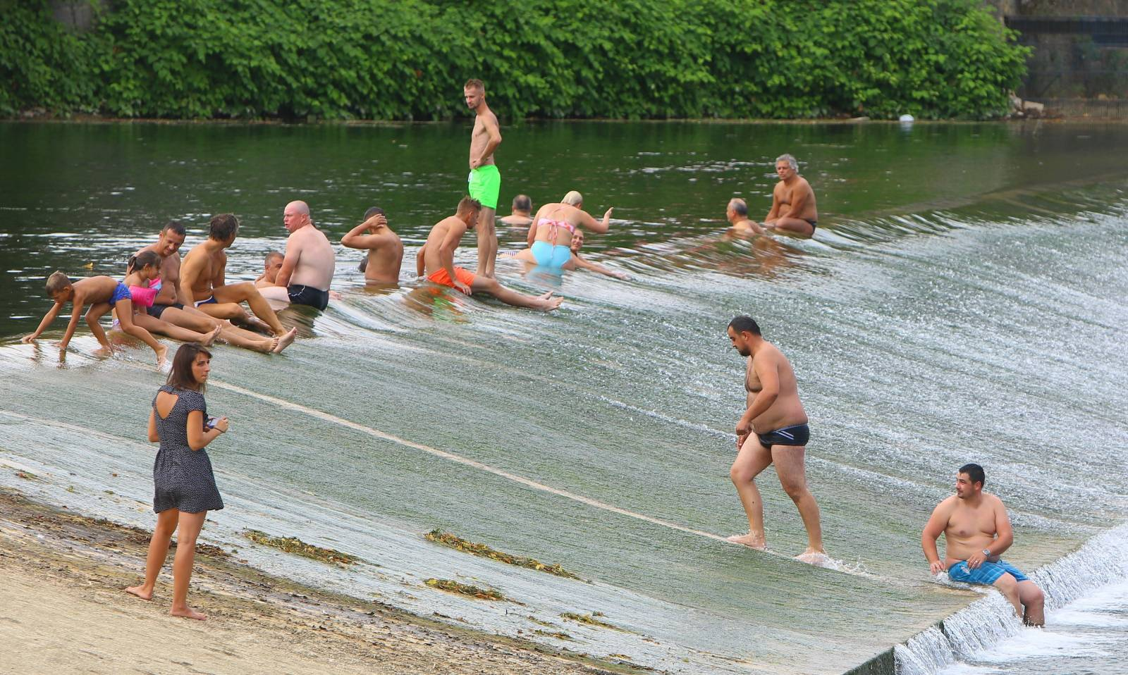 Karlovčani iskoristili sunčan dan za kupanje na slapu rijeke Korane