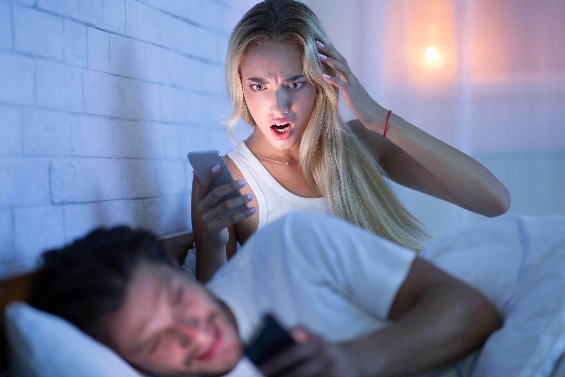 5 znakova da vas vara na Fejsu ili Instagramu ili to tek planira