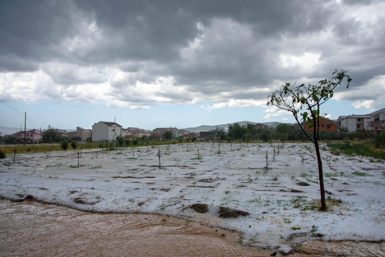 Olujna tuča pogodila Dalmaciju: Led zameo ceste kao usred zime