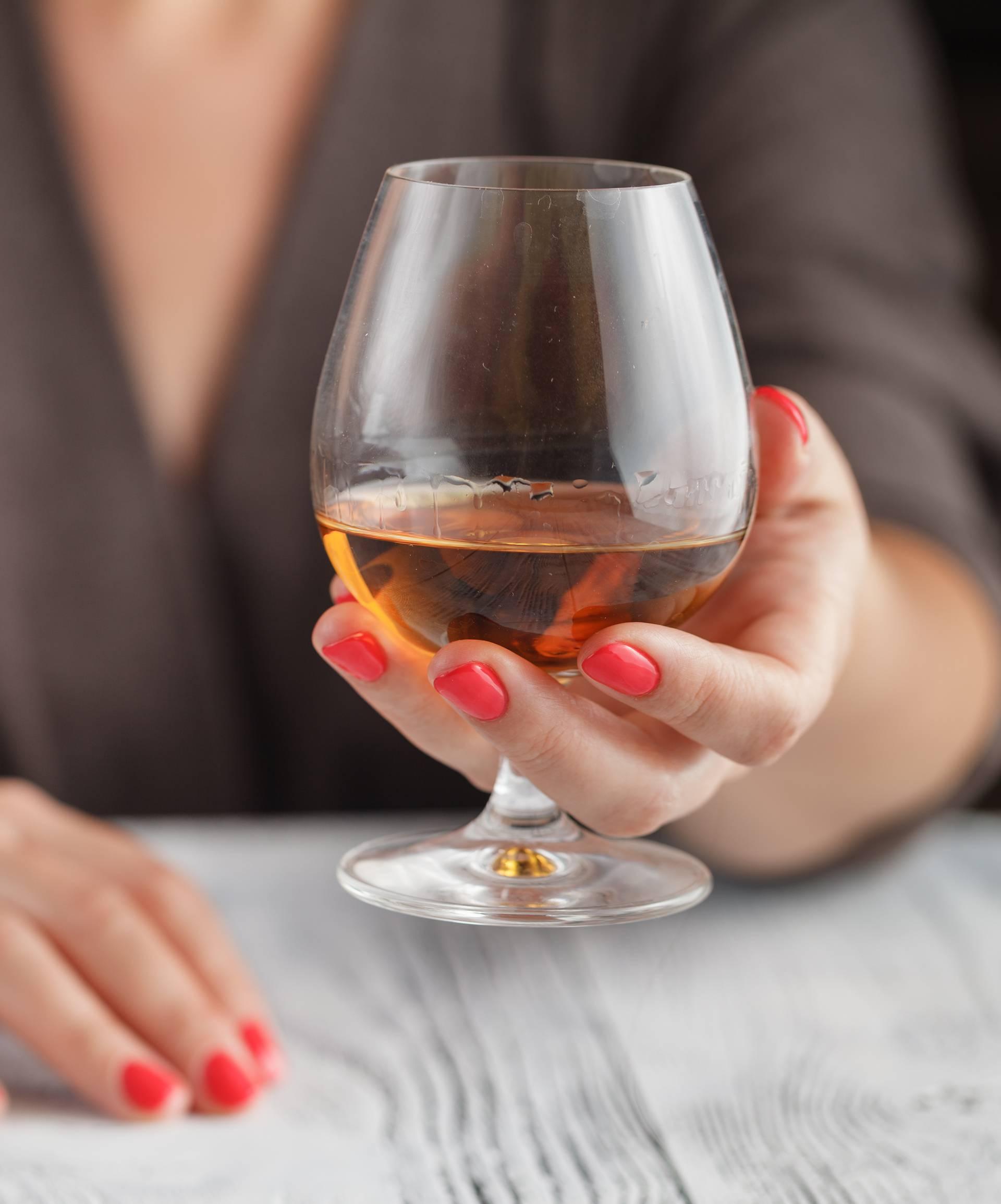 Znakovi da ste počeli previše piti u izolaciji: Ima li ga dosta?!