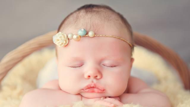 Kako beba nauči spavati i zašto ne valja pustiti je da se isplače
