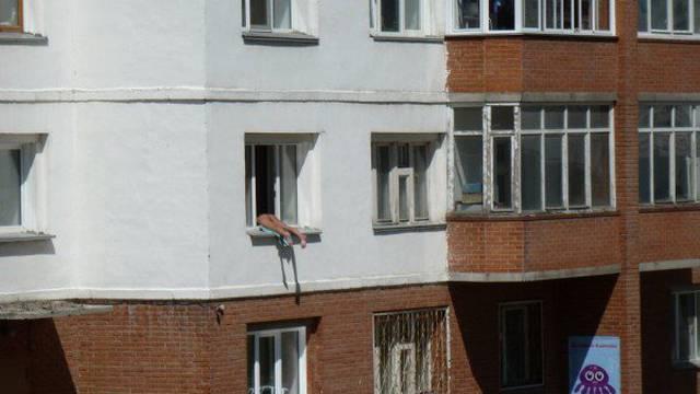 Svaki dan hvata boju, pokazuje golu stražnjicu i živcira susjede