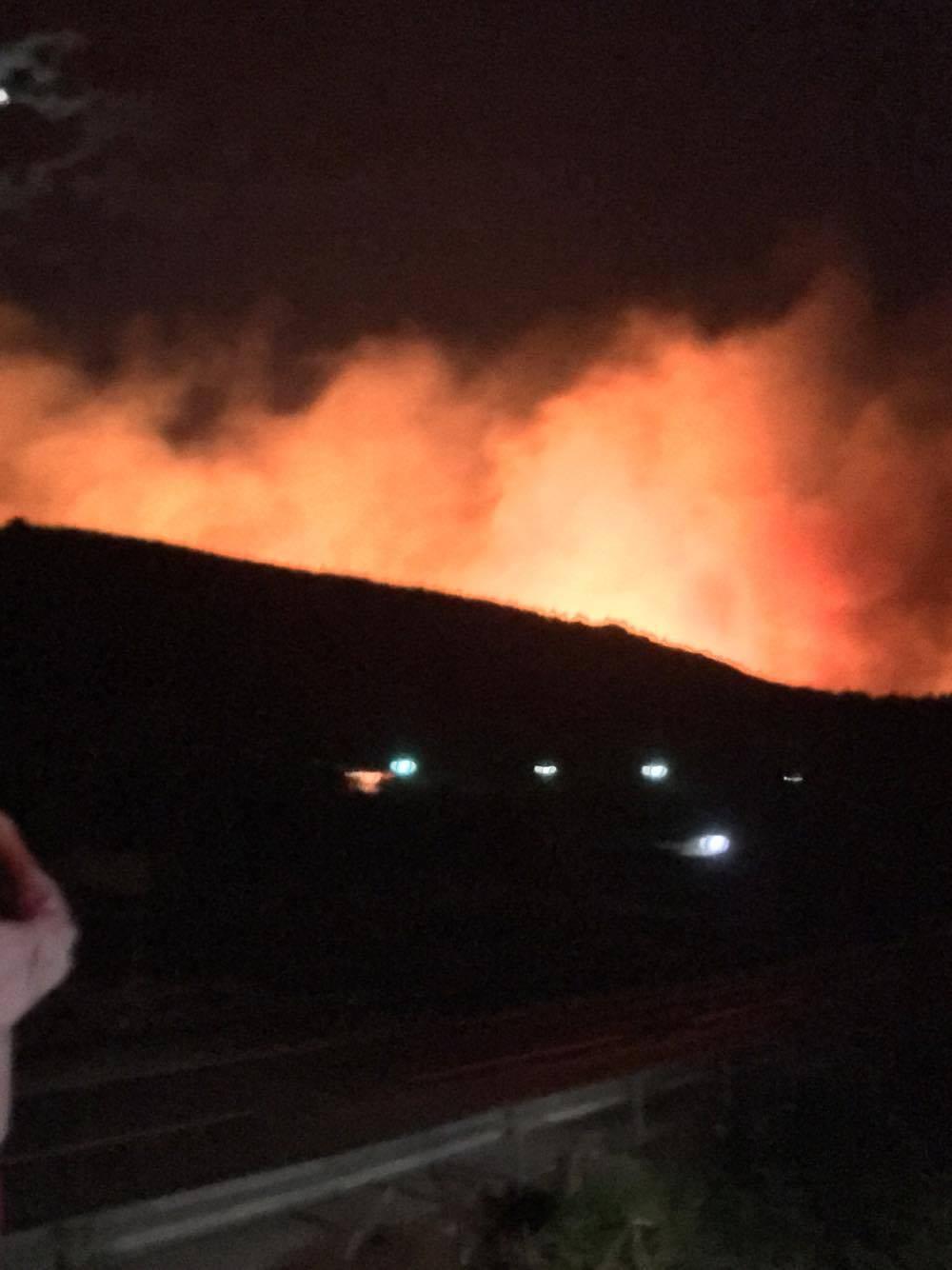 Širi se požar s Biokova: Vatra se spušta prema Makarskoj