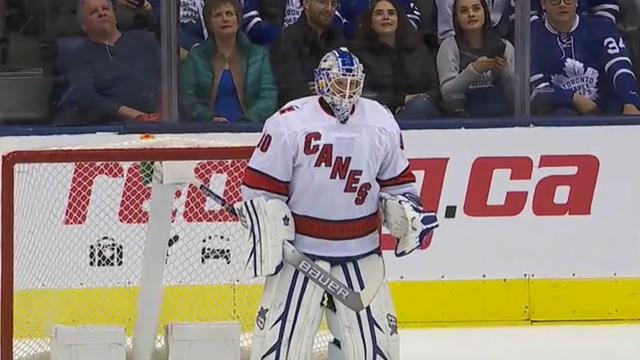 Čistio led pa stao na gol i u 42. fenomenalno debitirao u NHL-u