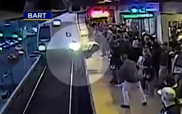 Video koji led krv: U zadnji ga je tren spasio od jurećeg vlaka