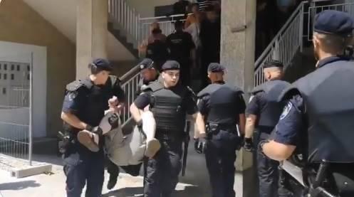 Policija iznosi građane koji ne daju da se u zgradu usele Romi