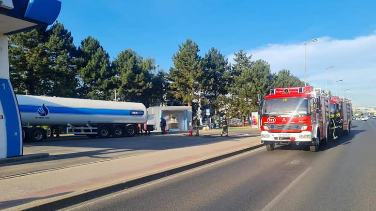 Curio plin na benzinskoj na Rudešu, na terenu i vatrogasci