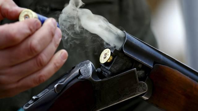 Pokazivao pušku prijatelju, ona slučajno opalila i ubila mu ženu