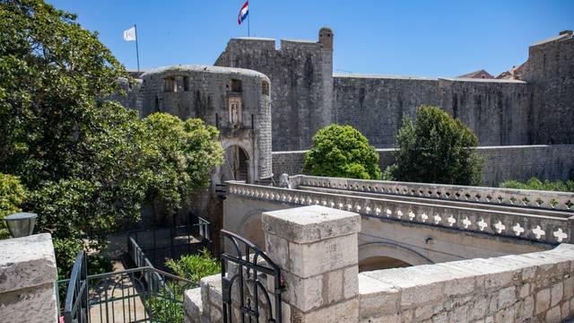 Iako je toplije i sunčanije vrijeme gradske ulice Dubrovnika još su prazne