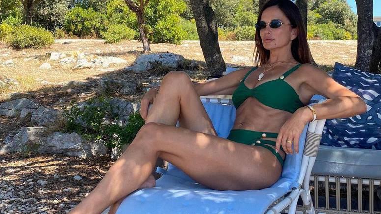 Severina nakon rastave pozira sama u kupaćem ispod bora