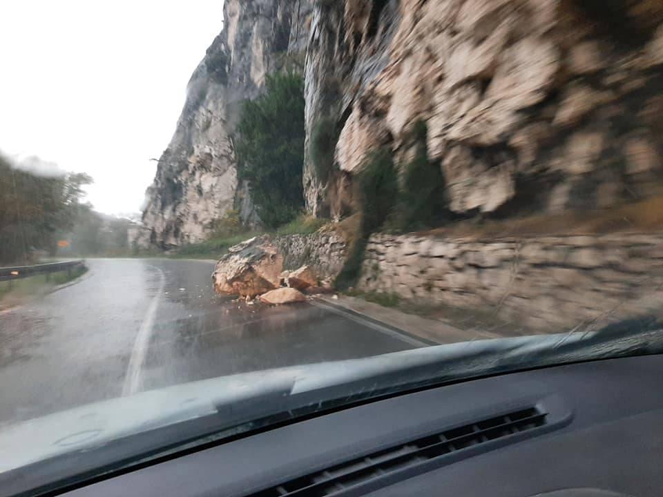 Pazite kako vozite: Obilna kiša izazvala odron na omiškoj cesti