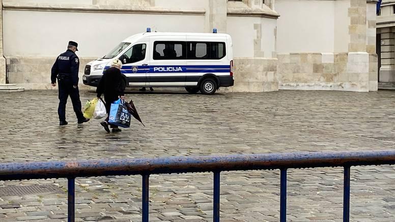 Lijepa gesta policajaca: Kroz trg pustio bakicu koja teško hoda