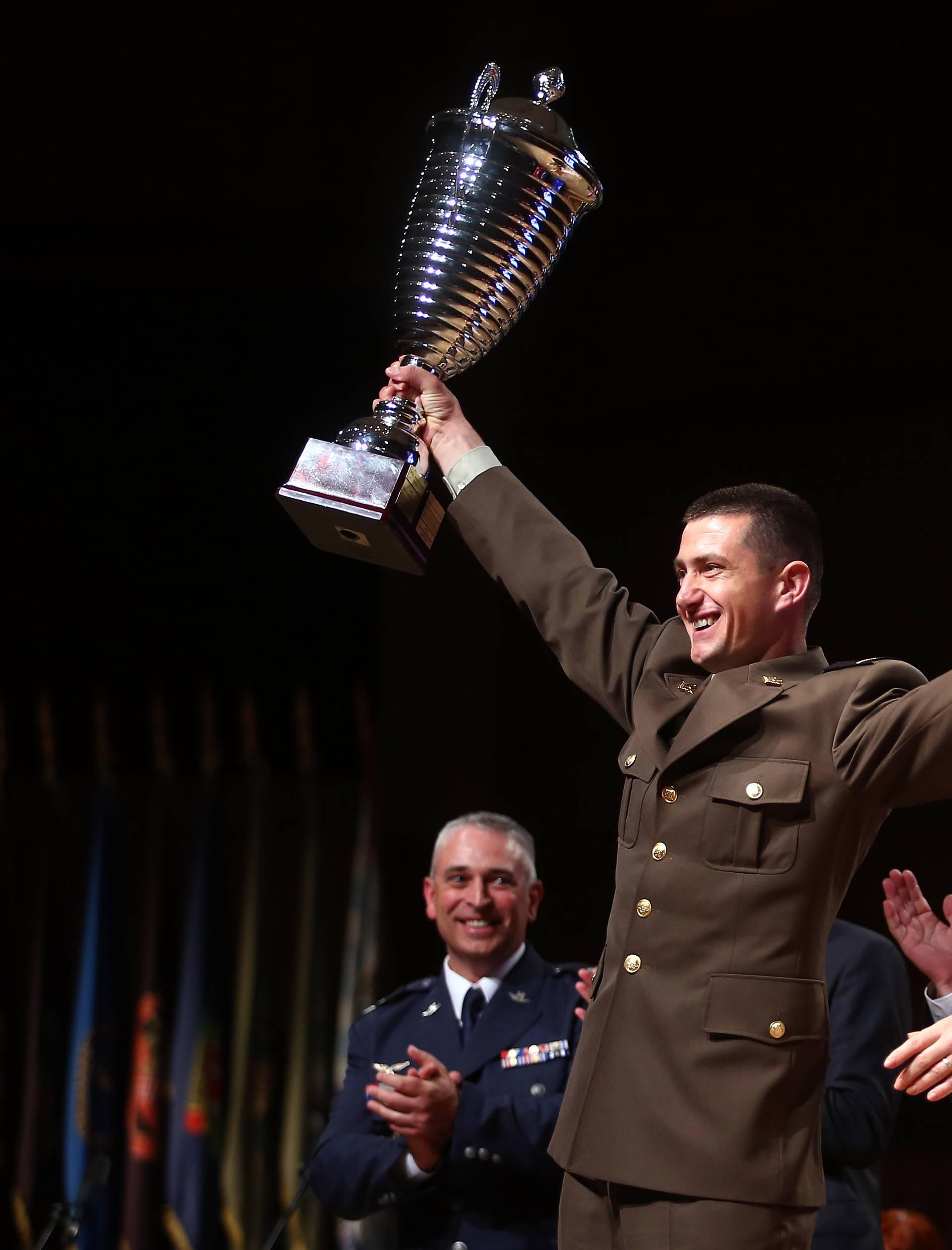 Nezgoda na dodjeli nagrade: Vojnik nehotice udario Kolindu